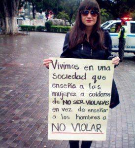 """""""vivimos en una sociedad que enseña a las mujeres a cuidarse de no ser violadas, en vez de enseñar a los hombres a no violar"""", Chica con pancarta, manifestación contra la violación"""